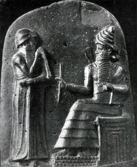 26 а. Хаммурапи перед богом Шамашем. Рельеф стелы законов Хаммурапи из Суз. Диорит. Первая половина 18 в. до н. э. Париж. Лувр.