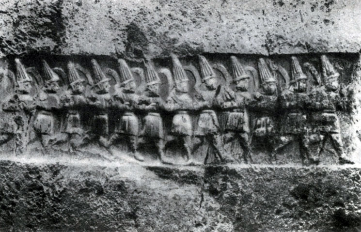 26 6. Идущие воины. Хеттский наскальный рельеф в Язылы-Кая. 13 в. до н. э.
