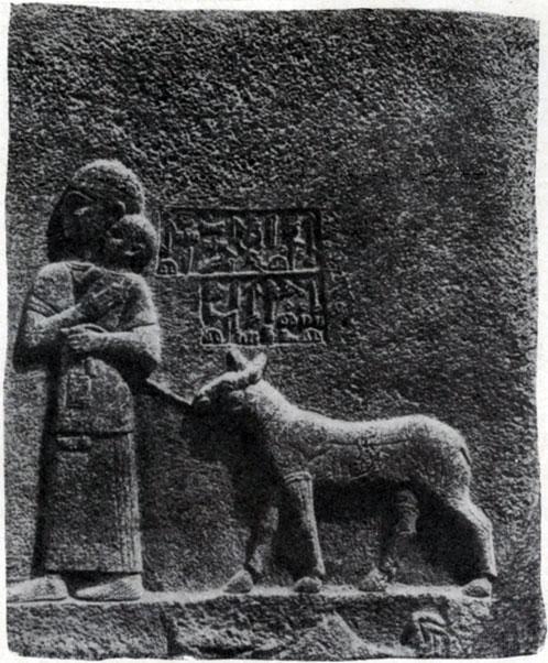 27 а. Женщина с козой. Хеттский рельеф в Кархемише. Базальт. 7 в. до н. э.