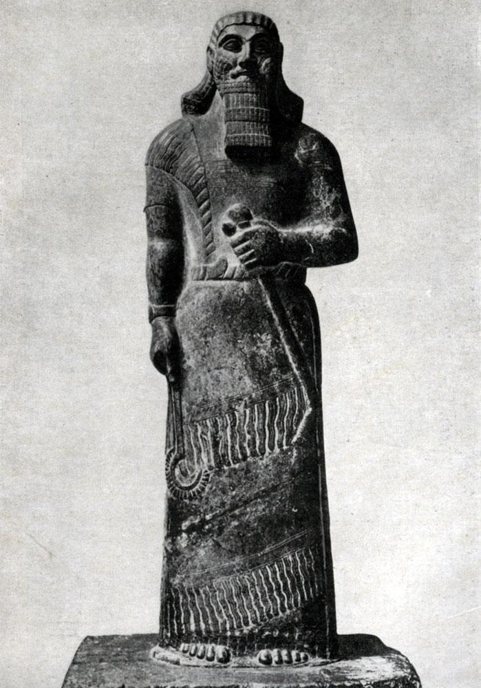 29. Статуя Ашшурнасирпала II из Нимруда (Калаха). Алебастр. Первая половина 9 в. до н. э. Лондон. Британский музей.