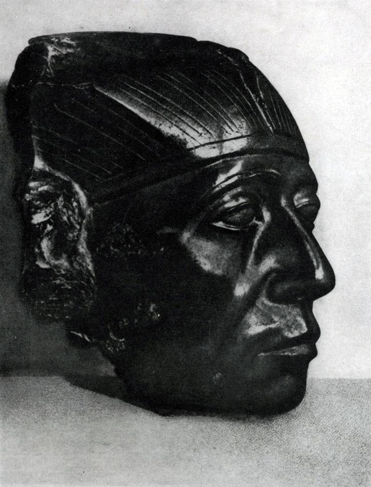 56. Голова статуи фараона Сенусерта III. Обсидиан. XII династия. 19 в. до н. э. Собр. Гюльбенкян.