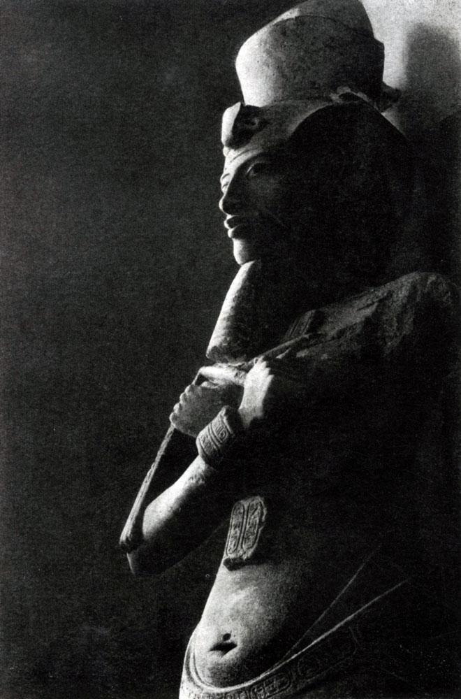 78. Колосс Аменхотепа IV (Эхнатона) из Карнака. XVIII династия. Около 1400 г. до н. э. Каир. Музей.