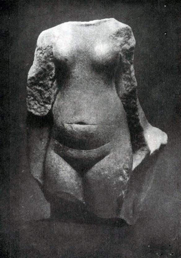85 а. Торс обнаженной девушки из Ахетатона (Эль-Амарны). Песчаник. Высота 16 см. XVIII династия. 14 в. до н. э. Лондон. Университет.