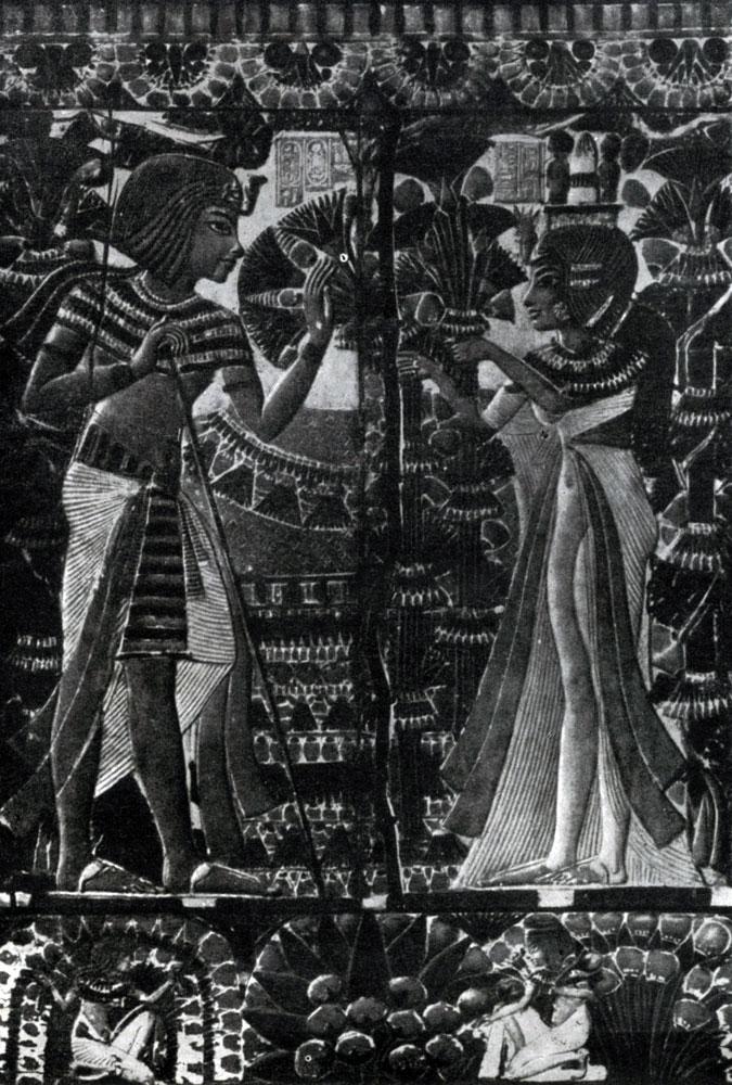 86. Тутанхамон с женой в саду. Рельеф на крышке ларца. Из гробницы Тутанхамона близ Фив. XVIII династия. 14 в. до н. э. Каир. Музей.