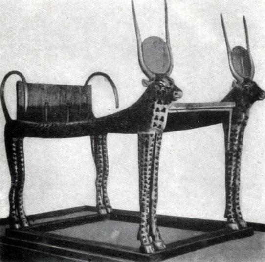 89 6. Кровать Тутанхамона с фигурами богини Хатор (в виде коровы) из его гробницы близ Фив. XVIII династия. 14 в. до н. э. Каир. Музей.