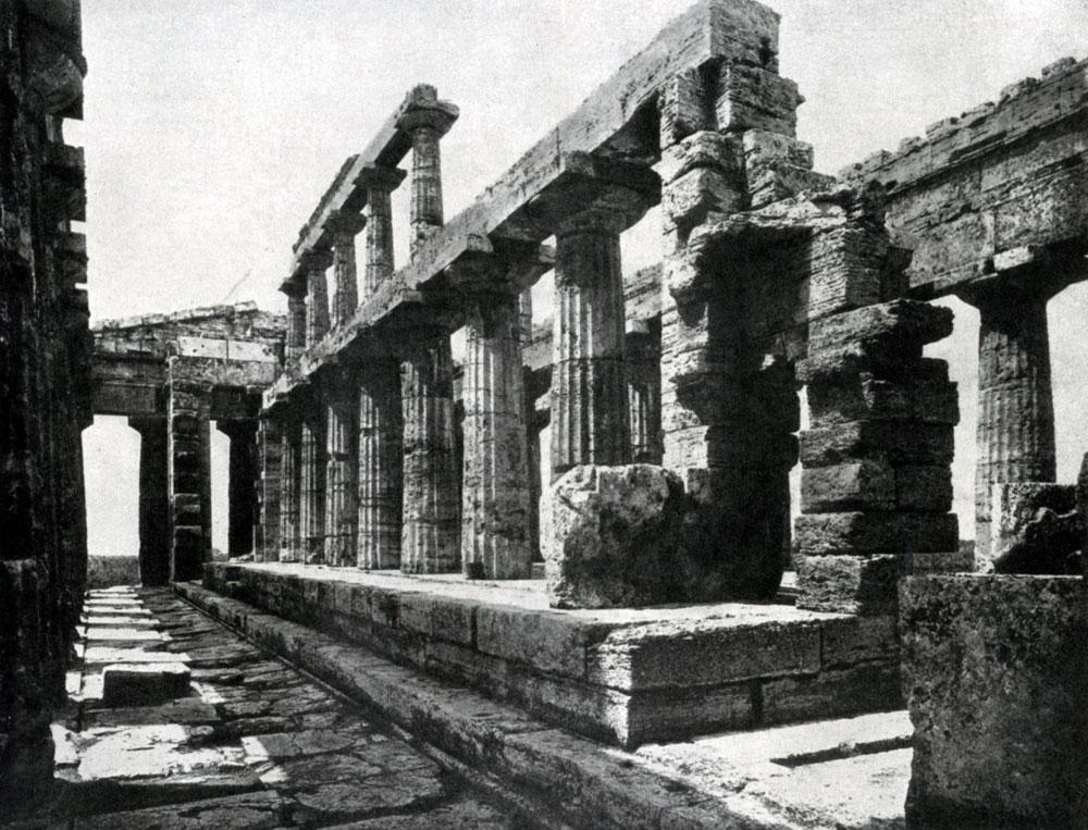 129. Храм Посейдона в Пестуме. Внутренний вид.