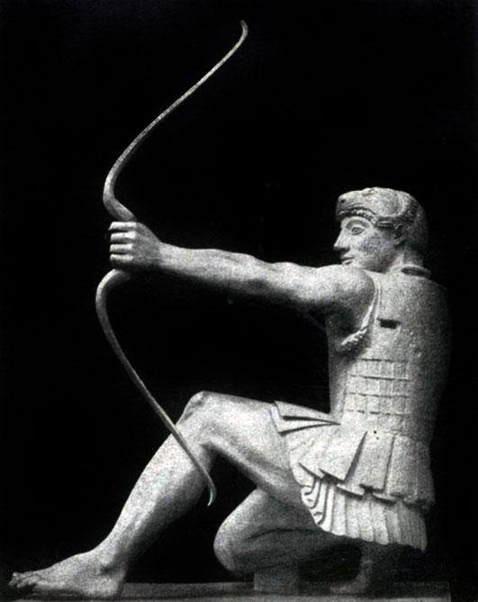 134 а. Геракл с восточного фронтона храма Афины-Афайи на острове Эгине. Мрамор. 490—480 гг. до н. э. Мюнхен. Глиптотека.