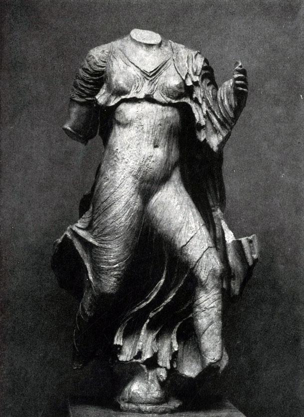 142 а. Нереида с Памятника нереид из Ксанфа. Мрамор. Третья четверть 5 в. до н. э. Лондон. Британский музей.