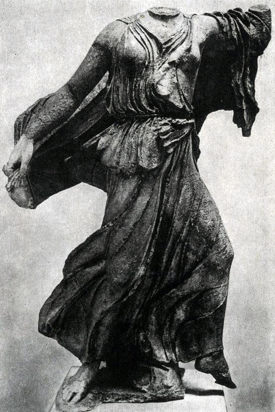 142 6. Нереида с Памятника нереид из Ксанфа. Мрамор. Третья четверть 5 в. до н. э. Лондон. Британский музей.