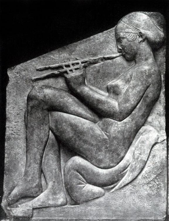145 а. Трон Людовизи. Девушка, играющая на флейте. Мрамор. Около 470 г. до н. э. Рим. Музей Терм.