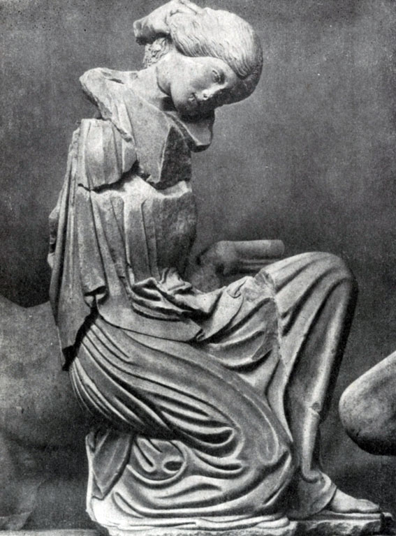 148 а. Женщина, схваченная кентавром за волосы, с западного фронтона храма Зевса в Олимпии. Мрамор. 460—450 гг. до н. э. Олимпия. Музей.