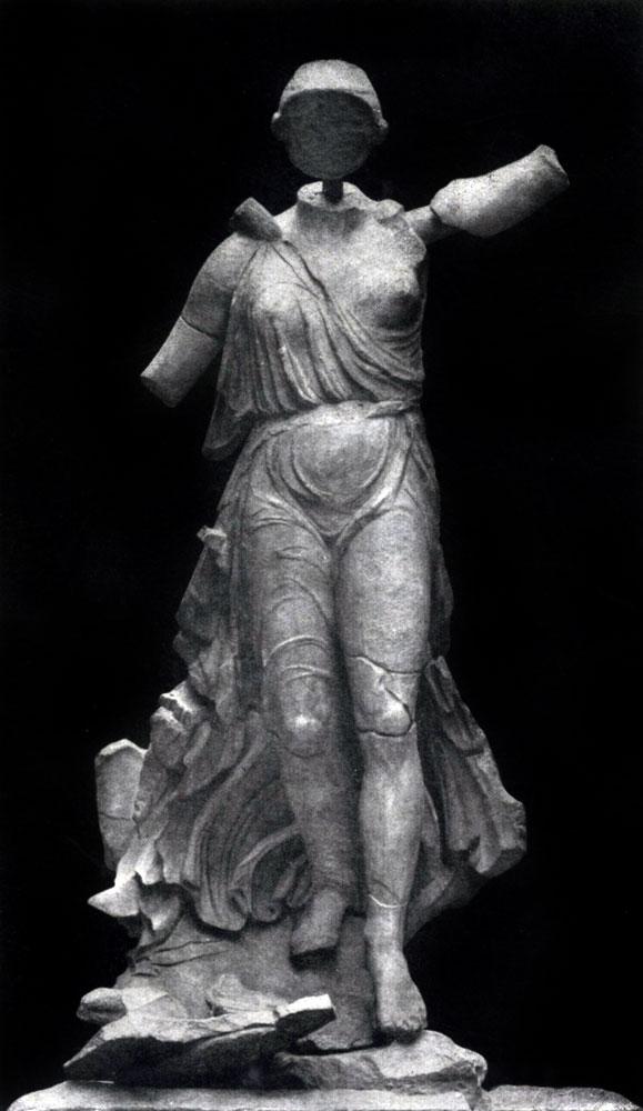 159. Пэоний. Ника, спускающаяся с небес. Из Олимпии. Мрамор. Третья четверть 5 в. до н. э. Олимпия. Музей.