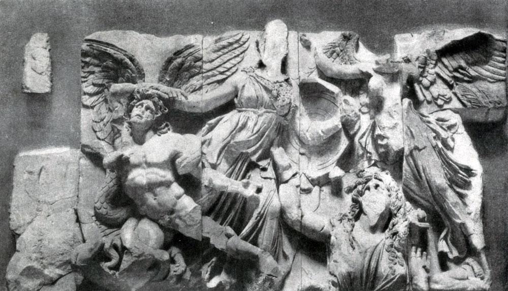 244. Борьба Афины с гигантом. Фрагмент фриза Пергамского алтаря. Мрамор. Около 180 г. до н. э. Берлин.