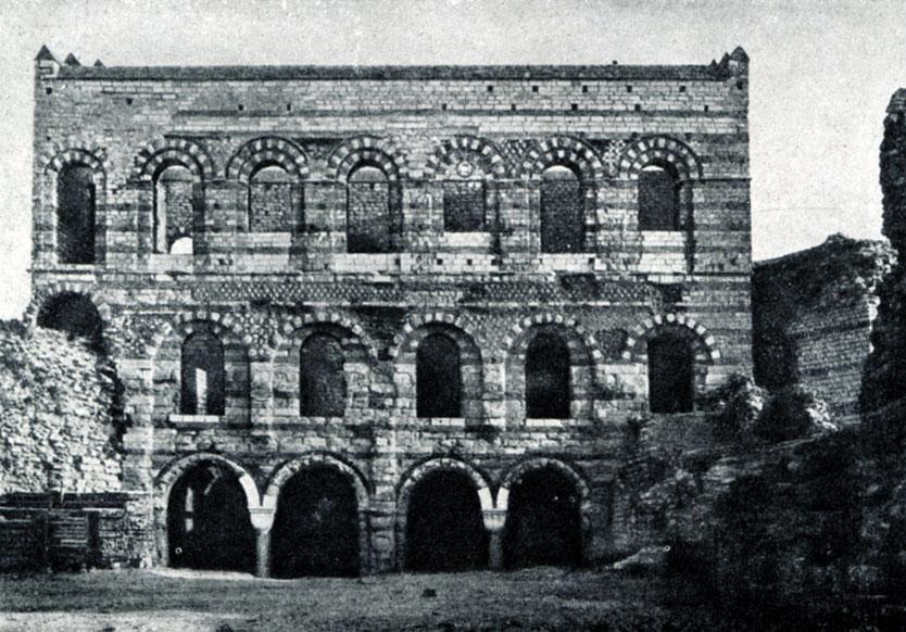 44 б. Императорский дворец (Текфур-серай) в Константинополе. 12 в.; по другим данным - 13-14 вв.