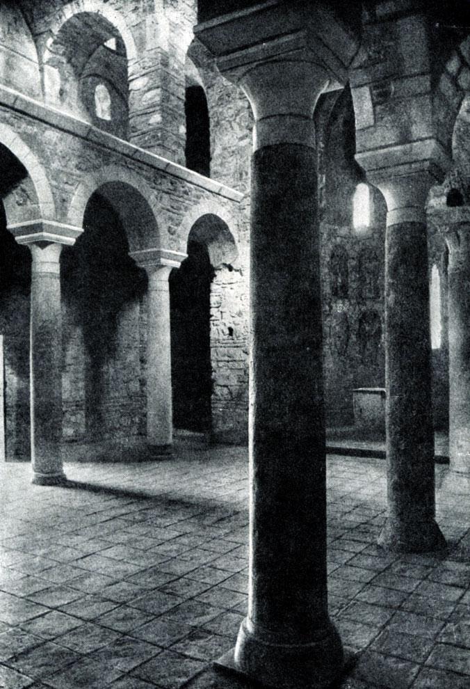 46.  Церковь св. Феодора монастыря Бронтохий в Мистре. Конец 13 в. Внутренний вид.