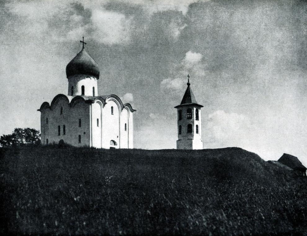 89. Церковь Спаса Нередицы близ Новгорода. Заложена в 1198 г. Общий вид с северо-запада.