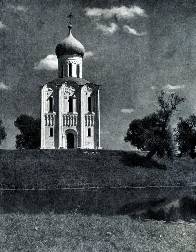 105. Церковь Покрова на Нерли. 1165 г. Общий вид с запада.
