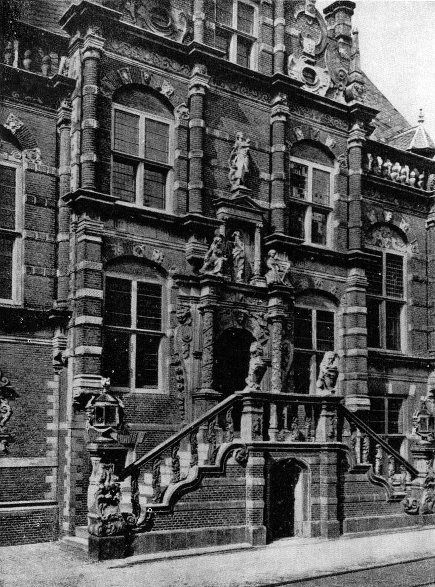 Ратуша в Больсварде. 1613 г. Центральная часть фасада.