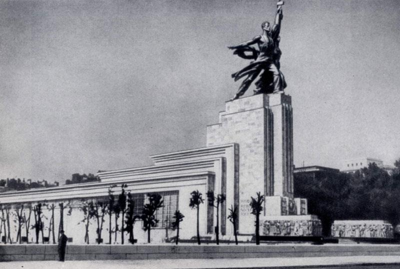 Б. М. Иофан. Советский павильон на Всемирной выставке в Париже. 1937 г. Скульптурная группа В. И. Мухиной