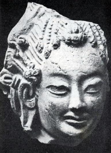 Голова женщины. Фрагмент скульптуры из Кара-Корума. Глина. XIII в. Увэр-Хангайский аймак