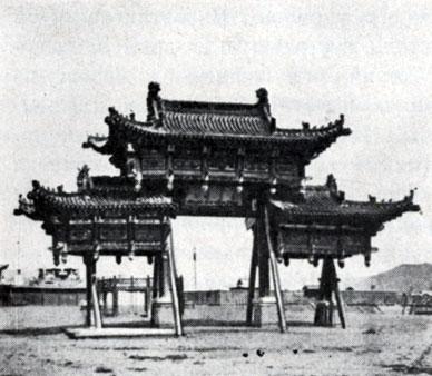 Триумфальные ворота на центральной площади Урги. XIX в. Не сохранились