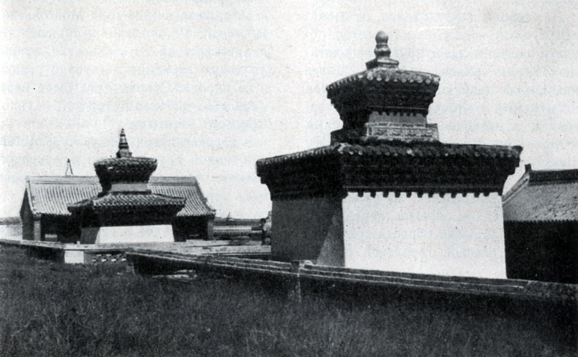 Субурганы - мавзолеи в монастыре Эрдэни-Дзу. XVII в. Увэр-Хангайский аймак