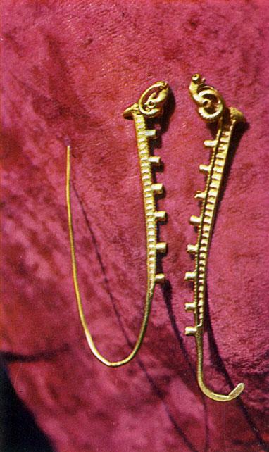 Заколки, украшенные скульптурными головками архаров, из  Увэр-Хангайского  аймака