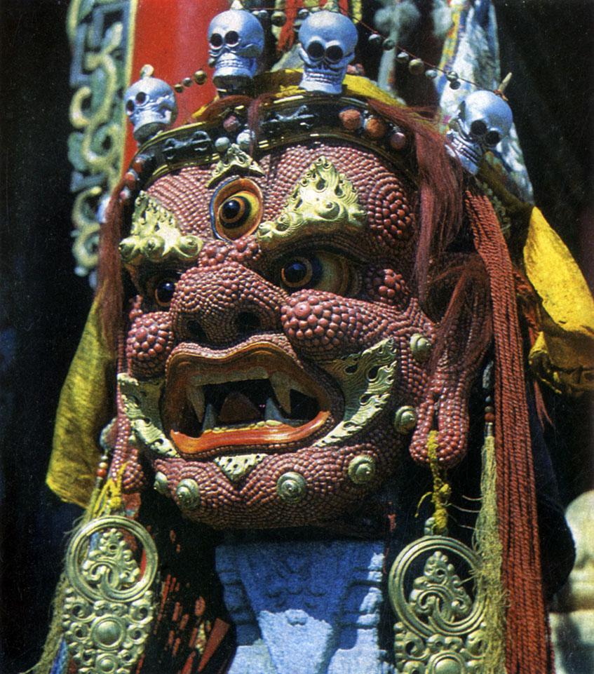 Неизвестный мастер. Бегдзе-Дармапала. Маска для религиозной церемонии цам. Папье-маше, кораллы, медь. XIX в. Храм-музей