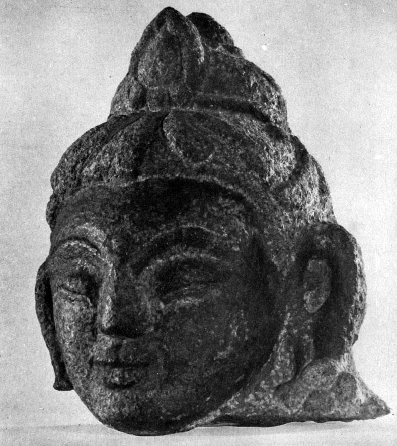 Фрагмент статуи Бодисатвы из Булганского аймака. Камень. XVI в. МИИ
