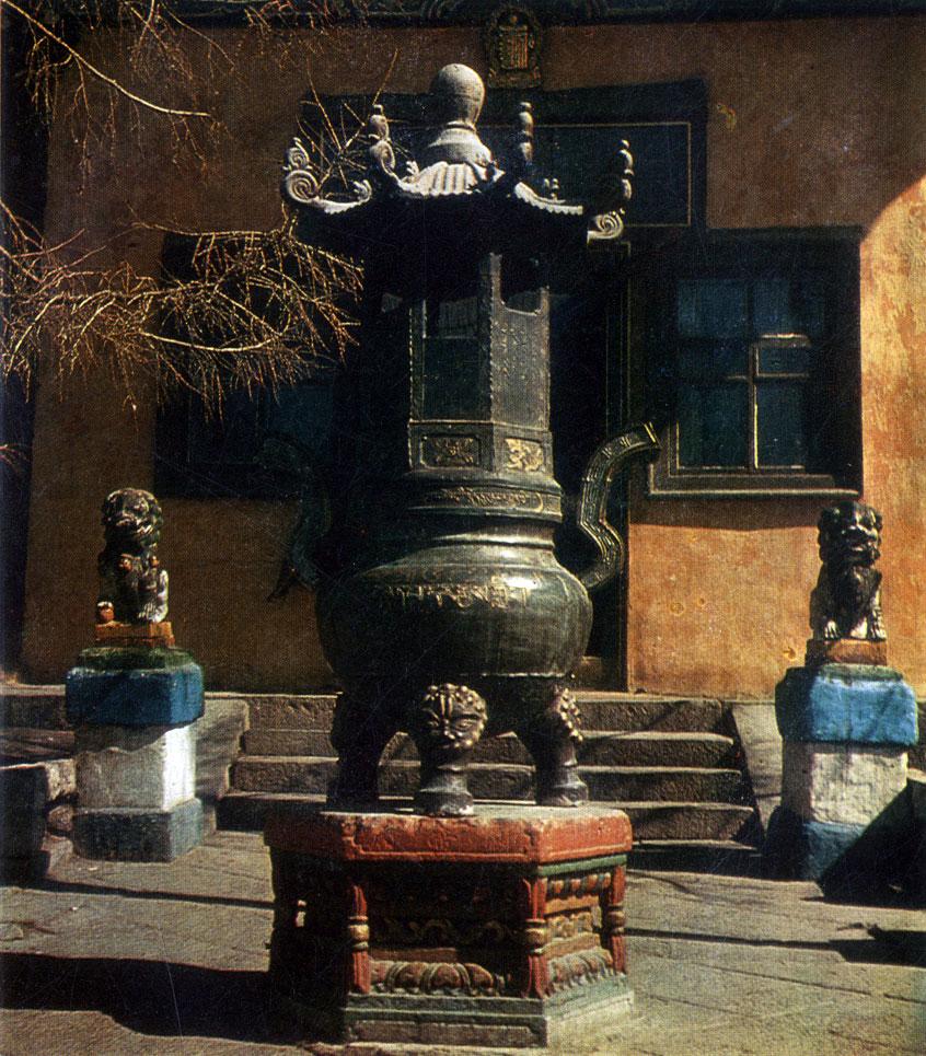 Жертвенный сосуд в монастыре Гандан. Улан-Батор