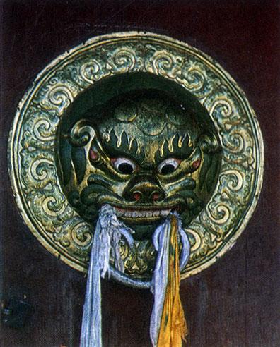 Украшение двери. Дверная ручка главного храма дворца богдо-гэгэна. Медь, позолота, чеканка. Начало XX в. Улан-Батор
