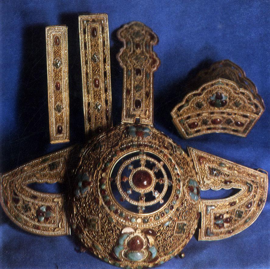 Головное украшение хал-хаской женщины. Позолоченное серебро, чеканка, филигрань, кораллы, бирюза. XIX в. МИИ