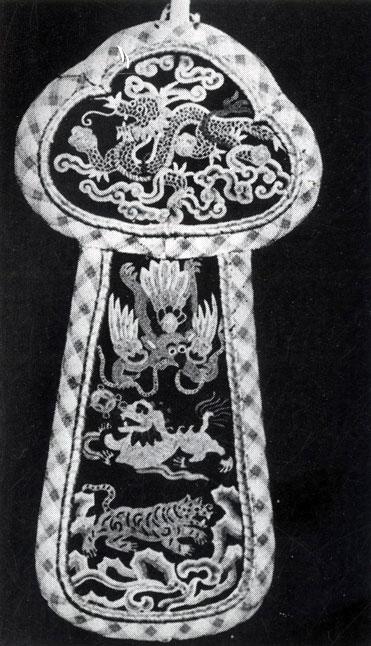 Кисет для табака. Шелк, вышивка. XIX в. Хан-музей