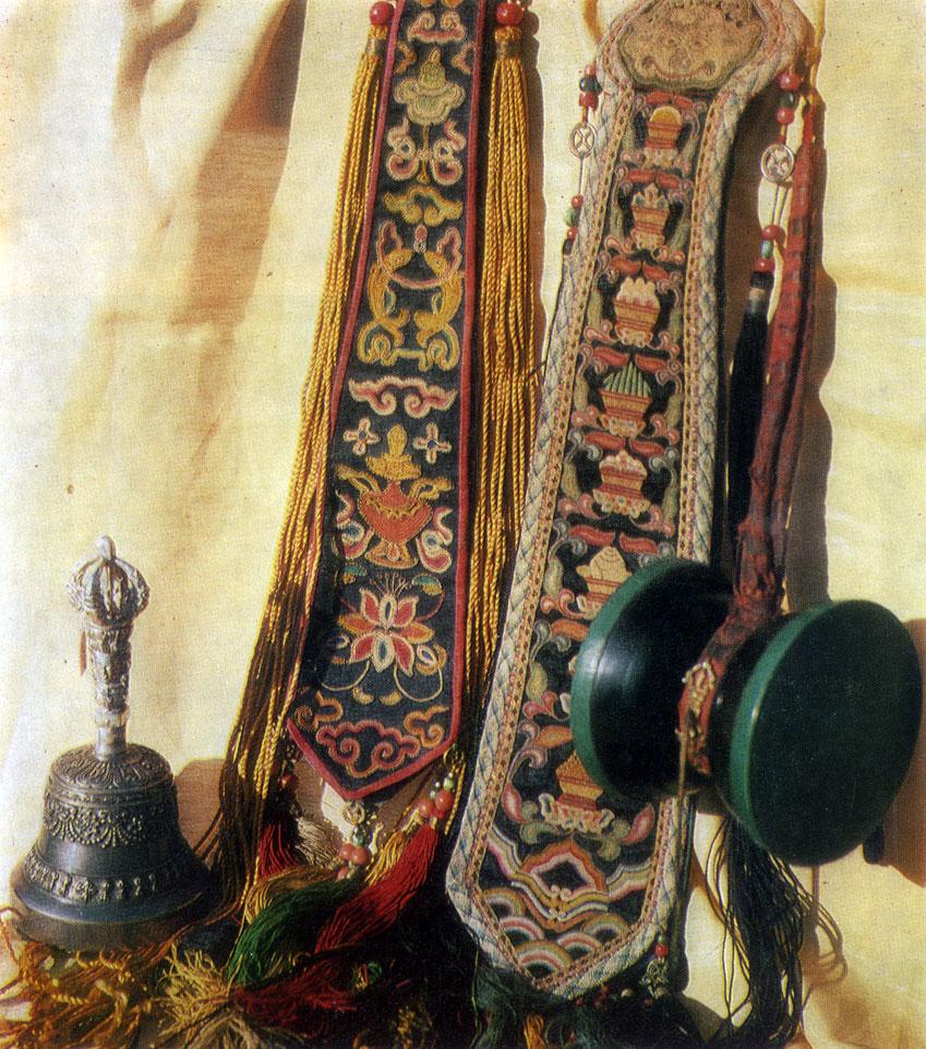 Ритуальный колокольчик, барабанчик и ленты. Серебро, дерево, шелк, вышивка. XIX в. МИИ