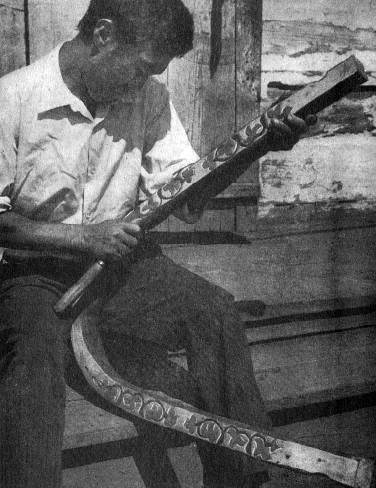 257. Резчик по дереву С. Д. Трояков за работой. 1978 г. Аскизский р-н