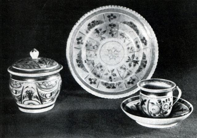 Сахарница, тарелка, чашка с блюдцем. Фарфор, подглазурная роспись. Первая половина XIX века. Музей народного искусства